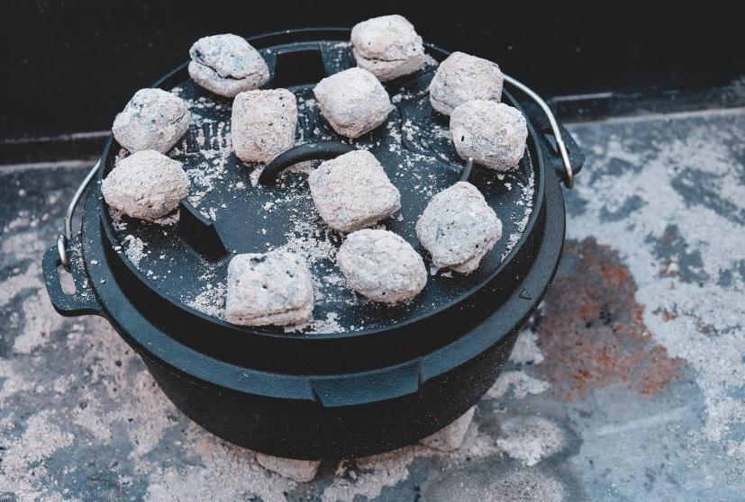 Valhal Outdoor Dutch Oven mit Kohlen