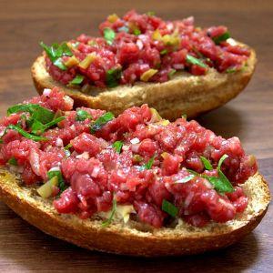 Filetkopf Beef Tatar auf Brötchen