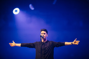 Kristian Stanfill leads thousands in worship at Passion 2016, Photo Credit: Brooke Bennett