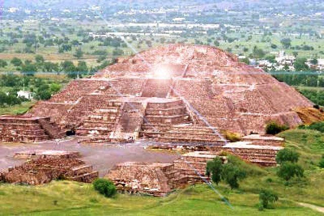 Não raro são vistos focos de luz, óvnis e misteriosos seres vestidos de branco na grande pirâmide mexicana da Serpente Emplumada