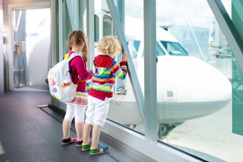 vliegvakantie vliegveld met kinderen
