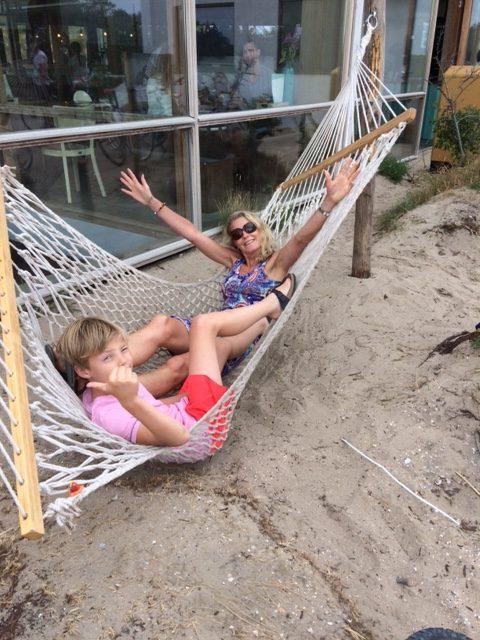 relax hangmat tent kamperen met grote kinderen in een tent