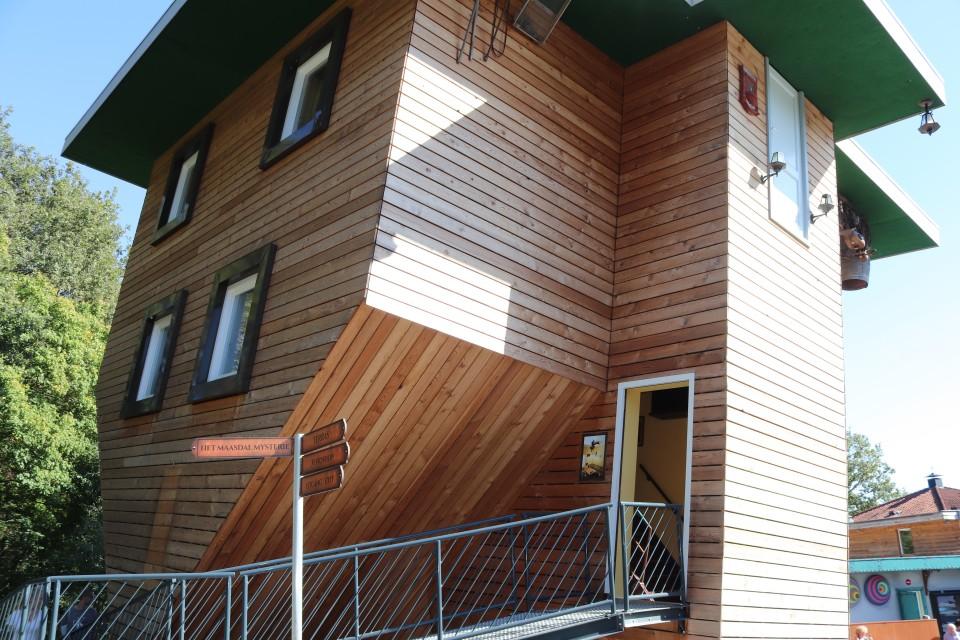 park met optische illusies huis op de kop kinderen