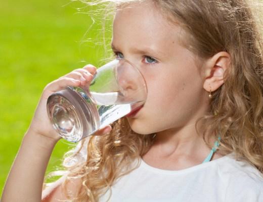 HOE LAAT IK MIJN KIND WATER DRINKEN?