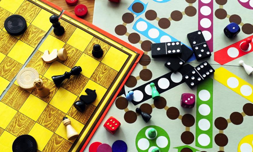 In dit artikel zet ik voor jullie op een rijtje welke gezelschapsspellen ik het leukst vind om te spelen in kleine en grote groepen.
