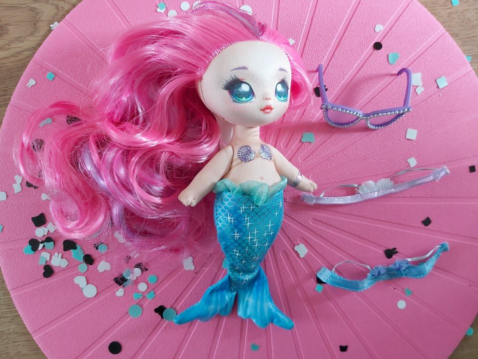 Vind jij dochter poppen leuk? Dan is de Na! Na! Na! Surprise Pom pop zeker een aanrader! Zo ook Marina Jewels van Na! Na! Na! surprise 2-in-1