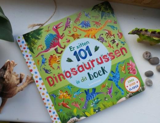 Echt waar! Er zitten 101 dinosaurussen in dit boek. Zoek de dino's, leer de namen uit te spreken en nog meer leuke opdrachten. Doe je mee?