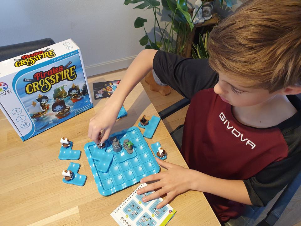 Ben jij op zoek naar een leerzaam spel dat je kind vanaf 7 jaar zelfstandig kan spelen? In deze review: Pirates Crossfire van SmartGames.