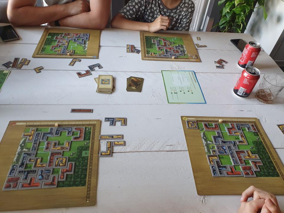 In deze review lees je alles over het spel My City van 999 Games. Een bijzonder Legacy spel en Speelgoed van het Jaar Verkiezing 2021 winnaar