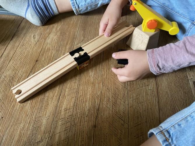 Lees hier alles over Toy2 Track Connectors. Een 'Track Connector' verbindt je Duploblokken met je houten spoorbaan, voor veel speelplezier!