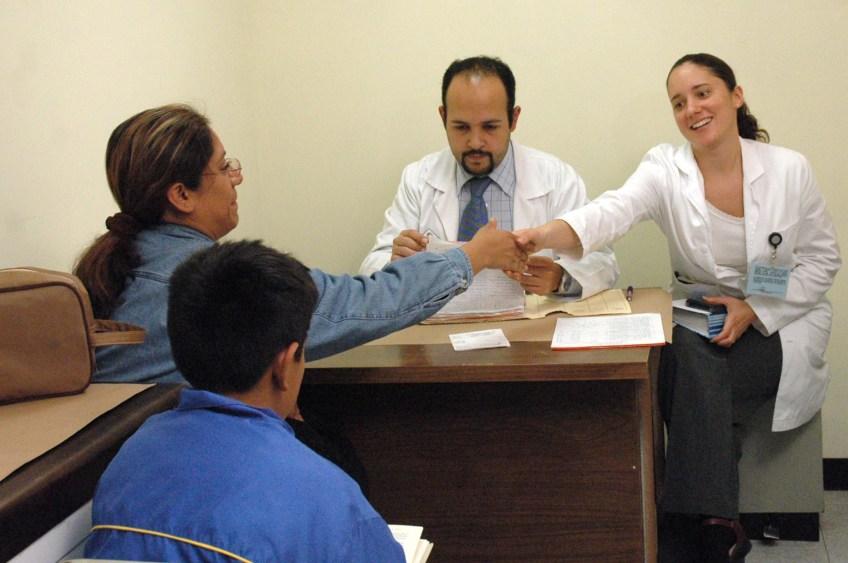 Medico, enfermera y pacientes (mujer y niño).