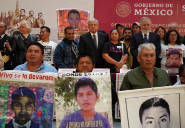 El Presidente Andrés Manuel López Obrador en compañía de padres y familiares de los jóvenes estudiantes de la Escuela Normal de Ayotzinapa