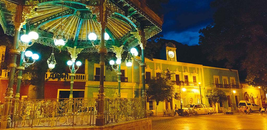 Vista nocturna del Palacio Municipal de Batopilas, Chihuahua.