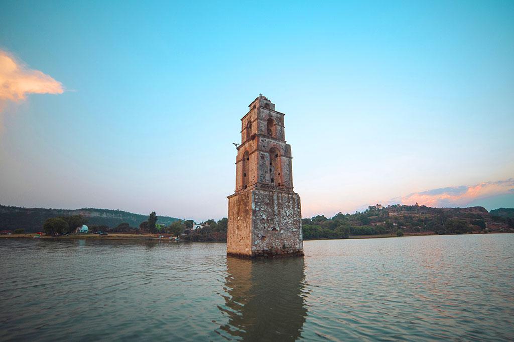 La torre de la Parroquia de San Luis rey de Francia, en la Presa de Taxhimay, Villa del carbón, Estado de México.