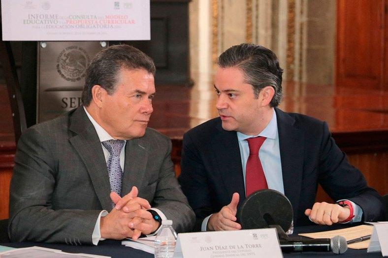 Juan Díaz de la Torre, líder del SNTE, y el titular de la SEP, Aurelio Nuño Mayer, durante la presentación del informe del CIDE sobre el Modelo Educativo 2016.