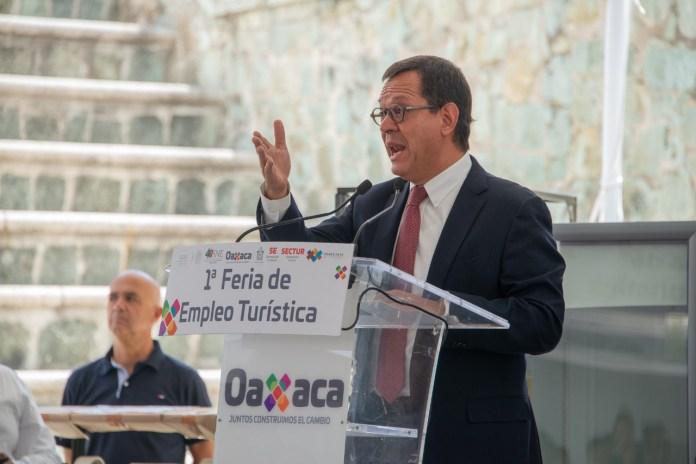 El Secretario del Trabajo, Roberto Campa habla en el presidium