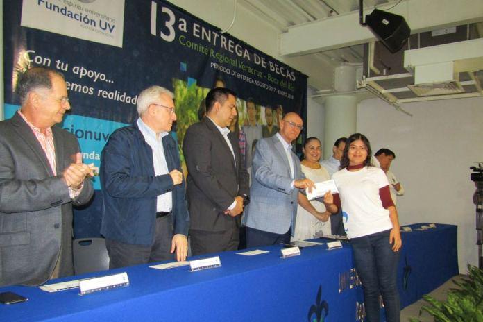 El presidente del Comité Regional de Becas, Antonio Chedraui, entregó los recursos a los beneficiados
