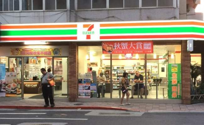 Taiwan Convenience Stores Go Curry Cracker
