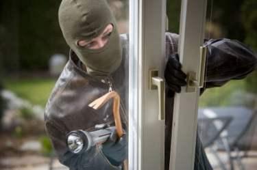 Undgå indbrud - tyv bryder ind af vindue