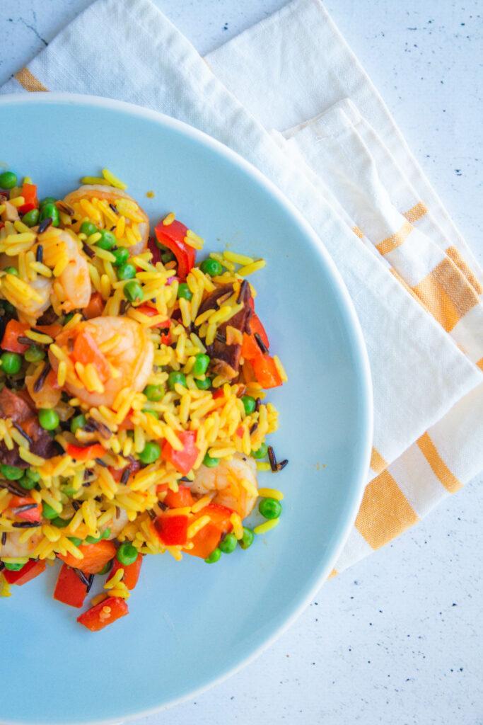 snelle paella met chorizo scampi erwtjes paprika goestjes