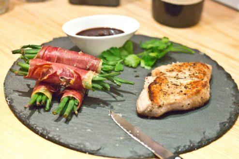 Kalbssteak mit Speckfisolen und Rotweinpfeffersauce