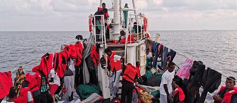 """Vor der Küste Libyens gerettete Flüchtlinge auf dem Rettungsschiff """"Eleonore""""."""