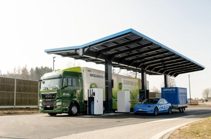 Три от големите европейски групи за производство на камиони обединиха усилията си, за да създадат мрежа от обществено достъпни електрически пунктове за зареждане на тежкотоварни автомобили.