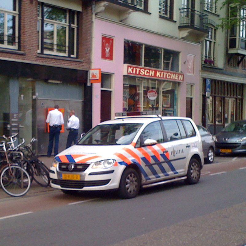 De Politie Amsterdam bij een Pinautomaat