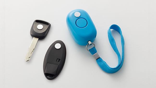 こんなに小さなシールを手持ちの小物に貼るだけで、ポケットキーに変身