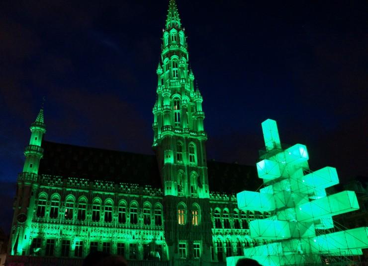 Scène nocturne sans trépied, animation dynamique avec changement de couleurs. Pour info c'était le sympa de Noël de Bruxelles sur la Grande Place