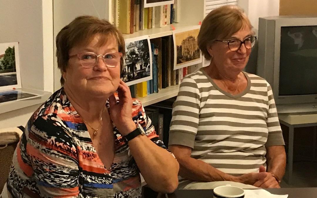 Karla Hasse (links) beim Gesprächs-Café des Bürgerverein, rechts die Optikerin Johanna Splinter)