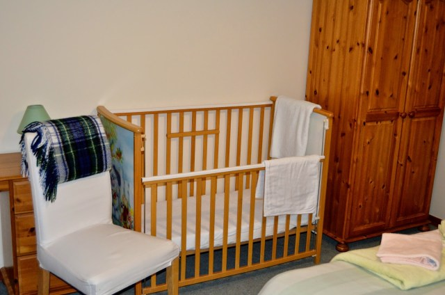 Coed Gelert Holiday Cottages - cot in master bedroom