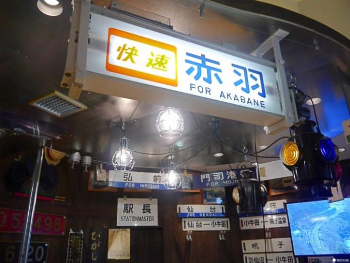 店裡如同小型鐵道博物館,從鐵製目的地看板到轉動式看板,可以感受日本鐵路的變遷進化。