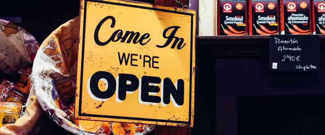 """Schild mit Aufschrift """"Come In. We're open"""""""