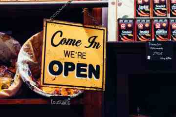 "Schild mit Aufschrift ""Come In. We're open"""