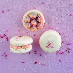 Bunt gefüllte Macarons