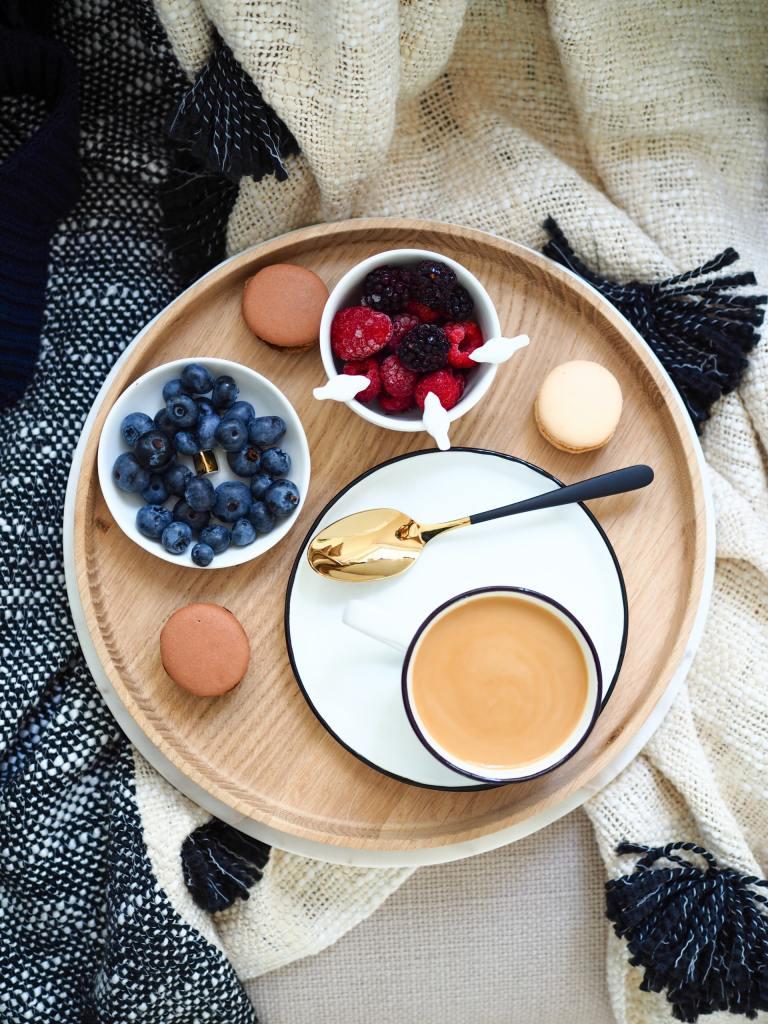 Macarons mit einem Kaffee