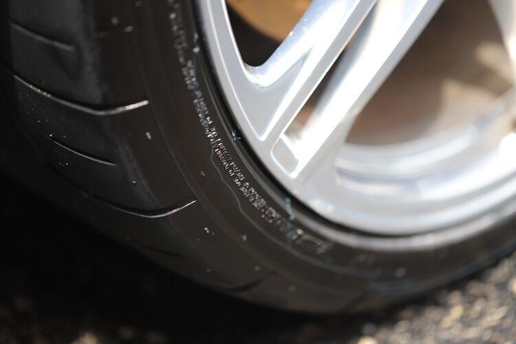 Повязка для шин защищает поверхность шин.
