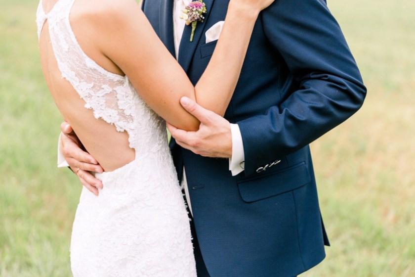 Ein sich umarmendes Brautpaar in Niederösterreich