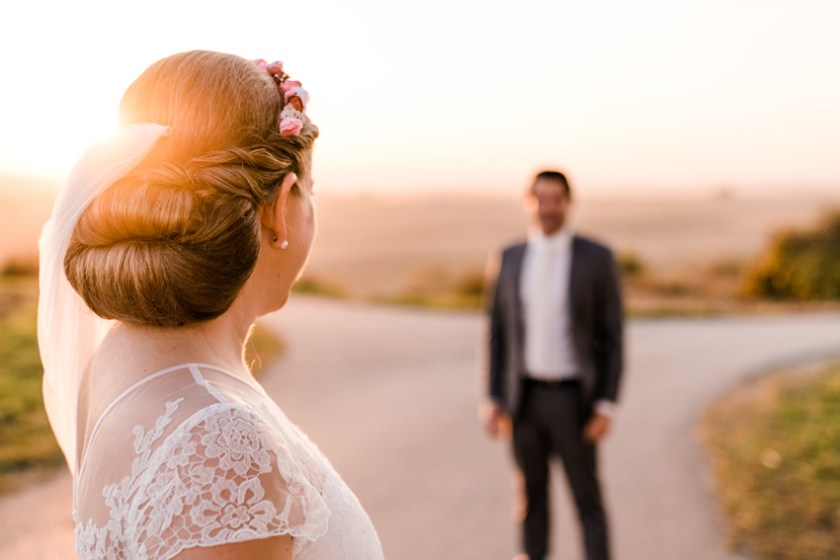 Eine Braut bei Ihrer Hochzeit mit Ihrem Bräutigam in Burgenland