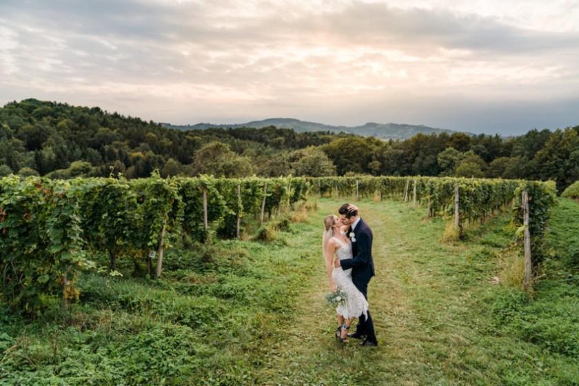 Sich küssendes Brautpaar im Burgenland