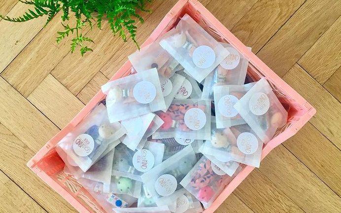 Schnullerbänder verpackt in Pergaminpapiertüten
