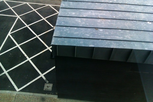 Roof corner and grid