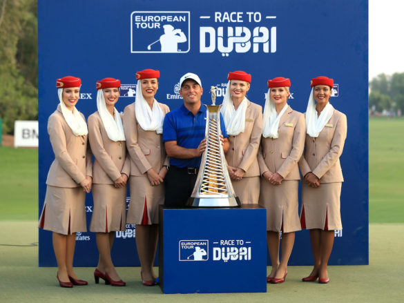 Francesco Molinari con il trofeo della Race to Dubai 2018, al termine del DP World Golf Championship
