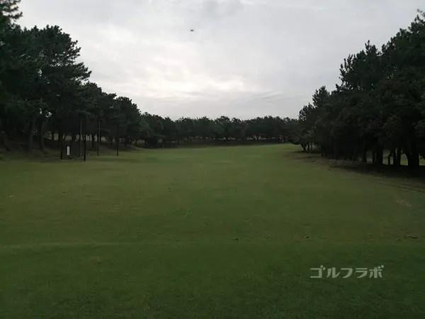 鎌倉パブリックゴルフ場の15番ホールのティーショット