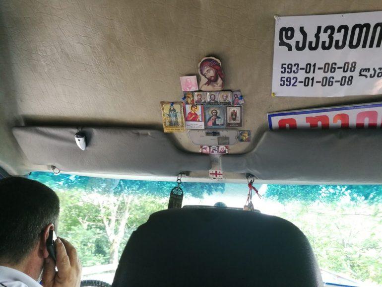 Marshrutka chauffeur bellend wereldreis