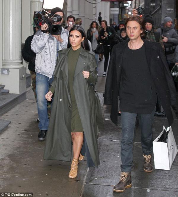 كيم كارداشيان تقوم بجولة تسوق برفقة صديقها..بالصور