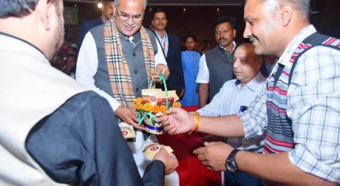 दंतेवाड़ा : बस्तर का विकास कार्यक्रम में मुख्यमंत्री बोले 'विकास, विश्वास और सुरक्षा हमारी प्रमुख नीति'