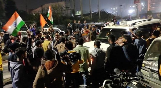 सीएए के समर्थन और विरोध में आए दो पक्ष हुए आमने-सामने, समर्थन में हनुमान चालीसा पढ़ रहे 19 लोगों को किया गिरफ्तार