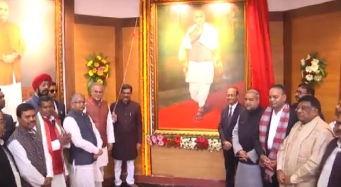 वीडियो: छत्तीसगढ़ विधानसभा के सेंट्रल हॉल में सीएम बघेल ने महान विभूतियों महात्मा गांधी, सरदार वल्लभभाई पटेल के तैलचित्र का किया अनावरण